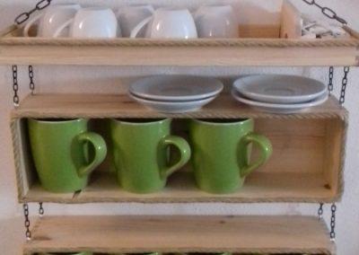 Porta tazze con scatole vino