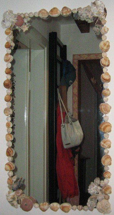 Specchio a muro con conchiglie